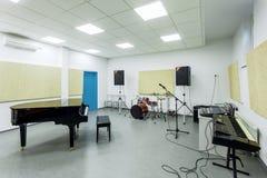把现代教育内部的学院的音乐课分类 免版税库存照片