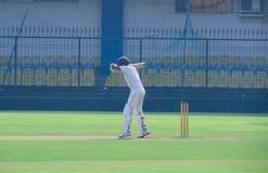 把球留在的板球运动员在蟋蟀比赛印度 免版税库存图片