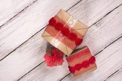 把礼品堆装箱 背景蓝色框概念概念性日礼品重点查出珠宝信函生活纤管红色仍然被塑造的华伦泰 库存照片