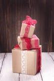 把礼品堆装箱 背景蓝色框概念概念性日礼品重点查出珠宝信函生活纤管红色仍然被塑造的华伦泰 库存图片