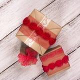 把礼品堆装箱 背景蓝色框概念概念性日礼品重点查出珠宝信函生活纤管红色仍然被塑造的华伦泰 免版税图库摄影