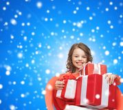 把礼品女孩装箱微笑的一点 免版税库存照片