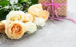 把礼品玫瑰装箱 库存图片