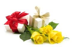把礼品玫瑰黄色装箱 免版税库存照片