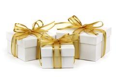 把礼品金黄丝带装箱 免版税库存照片