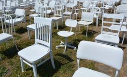 185把空的白色椅子雕塑在克赖斯特切奇新西兰 免版税图库摄影