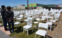 185把空的白色椅子雕塑在克赖斯特切奇新西兰 免版税库存照片
