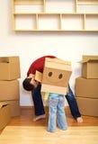 把纸板父亲女孩使用装箱 免版税库存图片
