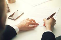 把署名放的女实业家在企业合同上 免版税库存照片