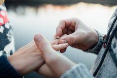 把订婚银色圆环放的人的图片在妇女手上,  免版税图库摄影