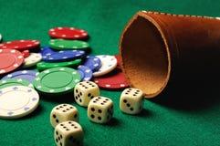 把赌博娱乐场芯片切成小方块 库存照片