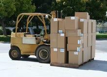 把运载的铲车装箱 免版税库存图片