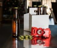 把金属盖帽放的红色塑料封盖罐头的人在啤酒瓶上 免版税库存照片