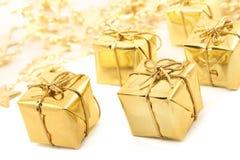 把金黄圣诞节的礼品装箱 库存照片