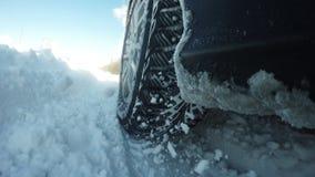 把雪特写镜头引入 汽车运动的困难的条件 图库摄影