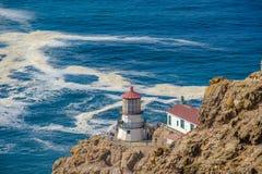 把雷耶斯灯塔指向太平洋海岸,在1870年修造 库存照片