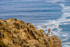 把雷耶斯灯塔指向太平洋海岸,在1870年修造 免版税库存图片