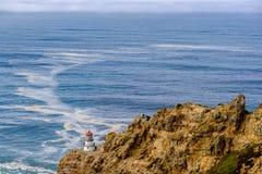 把雷耶斯灯塔指向太平洋海岸,在1870年修造 免版税库存照片