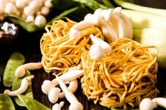 把食物日本鲭鱼装箱原始的样式采取三 乌龙面面条用shimeji蘑菇 免版税图库摄影