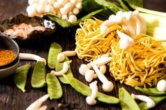 把食物日本鲭鱼装箱原始的样式采取三 乌龙面面条用shimeji蘑菇 库存照片