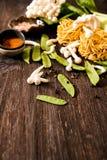 把食物日本鲭鱼装箱原始的样式采取三 乌龙面面条用shimeji蘑菇 免版税库存照片