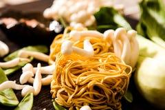 把食物日本鲭鱼装箱原始的样式采取三 乌龙面面条用shimeji蘑菇 库存图片