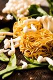 把食物日本鲭鱼装箱原始的样式采取三 乌龙面面条用shimeji蘑菇 免版税库存图片