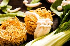 把食物日本鲭鱼装箱原始的样式采取三 乌龙面面条用shimeji蘑菇 图库摄影