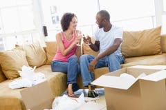 把香槟夫妇在家新敬酒装箱 免版税库存照片