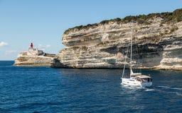 把Bonifacio港口留在的帆船在南可西嘉岛 免版税库存照片