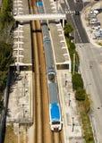 把Sete里奥斯火车站留在的市郊火车在里斯本葡萄牙 免版税库存照片