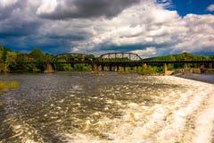抑制并且训练在特拉华河的桥梁在伊斯顿, Pennsylv 库存照片