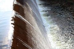 抑制水流量,表面流程,在小水库,农村水保留水坝,飞溅,海绵浪花的流动的水 库存图片