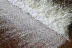 抑制水流量,表面流程,在小水库,农村水保留水坝,飞溅,海绵浪花的流动的水 图库摄影
