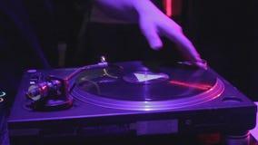 抓唱片的男性DJ手特写镜头在合理的甲板 股票录像