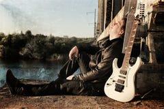抓对照片人的作用有吉他的在铁路 库存照片