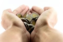 抓的两只手手充满硬币 免版税库存图片