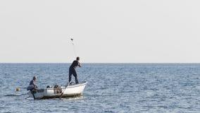 抓鱼,黑山的两位渔夫 免版税库存图片