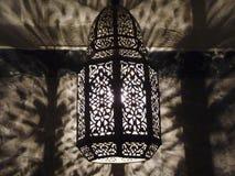 摩洛哥华丽被刺穿的金属金银细丝工的灯 库存照片
