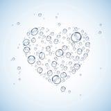 水投下心脏形状蓝色背景 免版税图库摄影