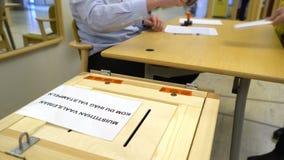 投下表决的人入投票箱在竞选期间 股票录像