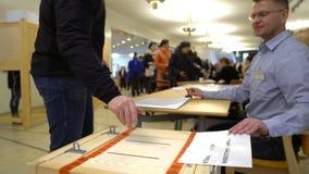 投下表决的人入投票箱在竞选期间 影视素材