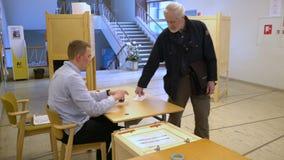 投下表决的人们入投票箱在竞选期间 影视素材