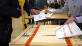 投下表决的拐杖的一个人入投票箱在竞选期间 股票视频