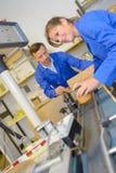 投入产品的工厂劳工对传动机 库存照片