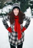 投入你的舌头的年轻美丽妇女室外 免版税图库摄影