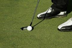 投入冲程的高尔夫球 库存照片