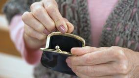 投入分硬币的资深女性手在钱包,预算和节约金钱,特写镜头 股票视频