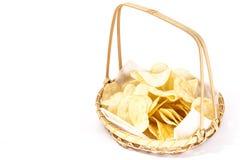 投入土豆片的竹篮子 库存照片