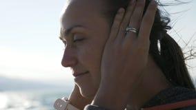 投入在体育耳朵无线耳机的健身妇女特写镜头画象 股票视频